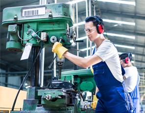 騒音の大きい工場で作業をしている男性