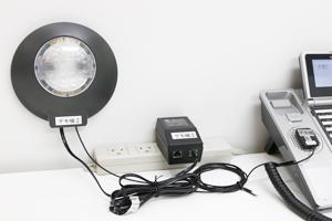 LEDストロボリンガー本体(STR-LTB2)とACアダプターと振動センサー(ピエゾ センサーRTS-1)が接続されているイメージ