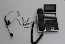 ビジネスホン電話機とヘッドセット