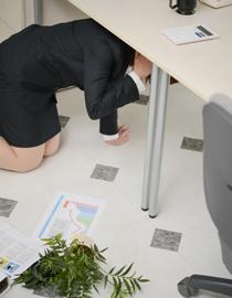 地震発生に付き机の下に身を隠すイメージ