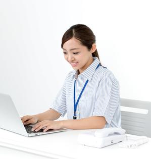 気分よくパソコン作業をしている女性イメージ